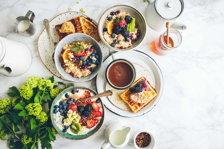 Frühstückstisch von oben fotografiert.