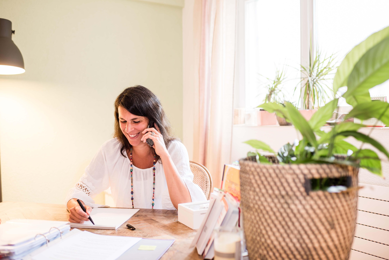Baraba Baschnagel am Telefon mit möglichem Kunden.